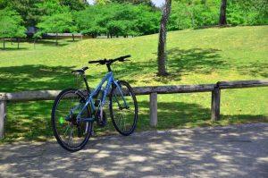 公園の中に置かれた自転車