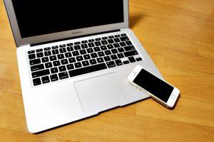 MacBook-AirとスマホのiPhone