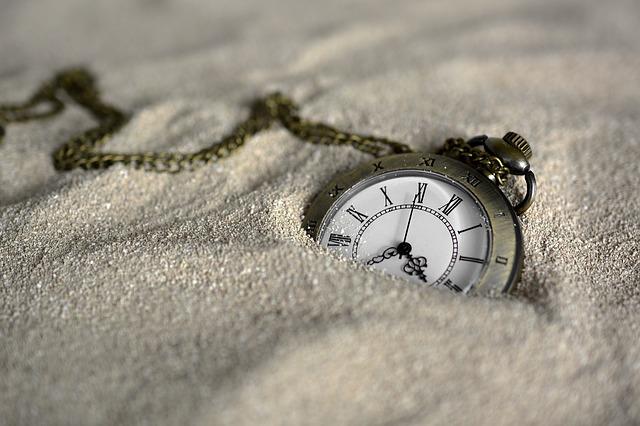 砂に埋れる時計