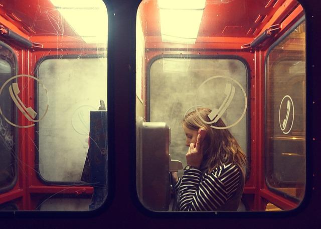 電話で話をする女性